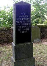 Grabstein von Moses Stern – Die Inschrift auf der Rückseite lautet: