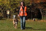 Richterin Sonja Doll Hadorn mit ihrem Hund Chano. Verhaltenstherapeutin für Hunde sowie aktiv im Mantrailing für Sport seit 2004