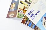 【折りパンフ×ホテル】 折り返すだけで、2店舗で共用できるよう裏表両面に情報を掲載しました。