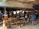 カゴバッグとか木工雑貨とか織物とかかわいいものが盛りだくさん。