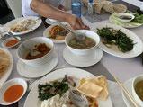 数種類のカレー、炒め物、サラダ。どれもボリューミーで毎食お腹が苦しかった…。