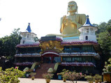 敬虔な仏教徒が多く住む国。ド派手な寺院が点在していた。
