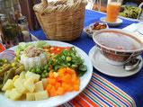 モロッカンサラダとハリラスープ。サラダには塩とオリーブオイルをかけてシンプルにいただく。