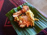 好みのものを少しずつ取って、左手で食べるのがスリランカスタイル!