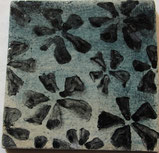 Handbemaltes Plättli mit Vinca Muster Schwarz auf Nachtblauem Hintergrund