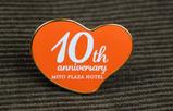 【ノベルティ×ホテル】 開業10周年の記念品として作成したオリジナルのピンバッジです。