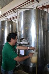 Ramón sirviendo la cerveza