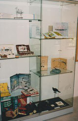 La vitrine contenant les livres et les gravures