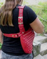 rote Schultertasche mit Kette und Rückenband