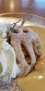 Apfelstrudel mit Vanillesauce und Sahne im Café am See, Schluchsee