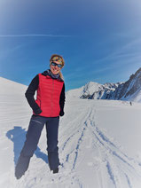 Frau im Schnee bei Sonnenschein