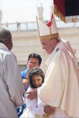 La petite Emilly, enfant miraculée par l'intercession de sainte Emilie de Villeneuve, dans les bras du pape François. © Osservatore Romano