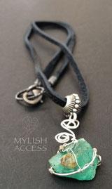 エメラルドの原石のネックレス
