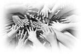 Bild: Kinderhände halten einander