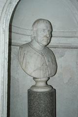 Mons. Giovanni Cirino. Busto marmoreo che domina lo scalone di ingresso al piano nobile di Palazzo Cirino.