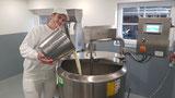 """Montag ist """"Joghurt-Tag"""" beim Mar in Tresdorf. Beste Heumilchqualität (silofrei) wird von David auch zu Trinkmilch, feinen Bröseltopfen oder Fruchtmolke verarbeitet. Der """"i-Kuh Drink"""" steht vor der Markteinführung. Gutes Gelingen!"""