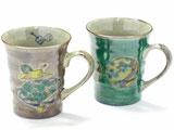 九谷焼『ペアマグカップ』宝尽くし紫塗り&丸紋松竹梅緑塗り 裏絵