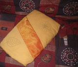 dessins dorés identiques au canapé