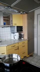 Küche mit Folie beklebt.