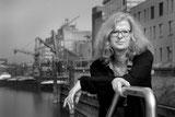 Abb.: Vera Henkel vor Neusser Hafenpanorama