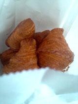 02.24 駅にあるMini-Oneの小さくてちょっと甘いクロワッサン、食べはじめると止まりません…。