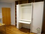 Bücherregal als Rahmen um den Büroschrank mit integriertem Schreibtisch