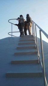 屋根にも登れます。斜面地ということもあり、あまりの景色良さにみんな震えていました(笑)
