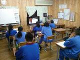 西茨城、WEB授業教室受講の様子。教室に来られない人は、自宅で受講する。