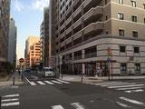 2つ目の交差点(「KDDI」ビルの角)を右に曲がって下さい。