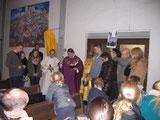 Erde aus Budapest – von Jugendlichen selbst mitgebracht – wird in den Boden der Kirche gegeben und gesegnet