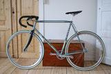 fixi vélo de course gris dans un appartement