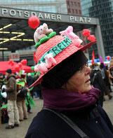 """Frau aus Friedenau mit Hut mit Figuren """"Ferkel"""" bei der Demonstration """"wir haben die Agrarindustrie satt"""". Foto: Helga Karl 21.1.2017"""