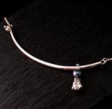 Tour de cou pour femme Sur un Fil fait à la main avec tubes en argent, perles et oxydes de zirconium taille poire, sur chaîne maille forçat ronde