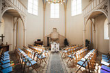 Geschmückter Trausaal der alten Neuendorfer Kirche in Potsdam