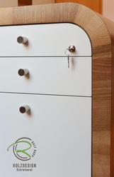 Bürocontainer Nussbaum furniert u. weiß lakckiert, abschießbar mit großem Radius