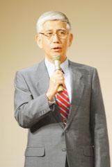 講演する前陸上幕僚長の君塚栄治氏=11日夜、市民会館中ホール