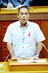 代表質問する次呂久成崇氏=6日午後、県議会