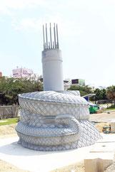 那覇市で建設工事が進められている龍柱(4月26日撮影)