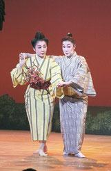山里恵子さん(右)、静香さん(左)が「古見ぬ浦節・とぅばらーま」を親子共演した=21日午後、国立劇場おきなわ(浦添市)