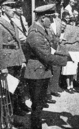 Oskar Riegraf überreicht in Uniform in Nürtingen einen Läuferpreis, Quelle: Nürtinger Tagblatt vom 5. Juni 1939