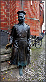 """Herr Köpenick"" vor dem Rathaus in Köpenick"