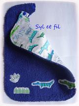 Bavoir enfant en éponge bleue avec des crocodiles
