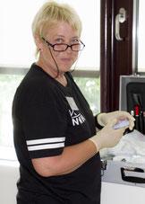 Ute Linder bei der Arbeit im Alters und Pflegeheim