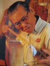 un artisan d'Edogawa durcissant le bambou avec du charbon.