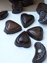 Clapàs ou bonbons de chocolat ganaches végétales piment d'Espelette, Poivre long de Java, Thym, Lavande, Citron vert, Mandarine, Tarte au citron