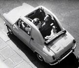 Vespa 400 dans laquelle on voit un enfant sur le siège arrière