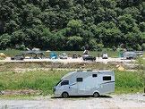 Womo auf einem Campingplatz im Camping-Caravaning-Urlaub