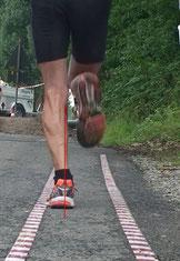 der Mann läuft draußen auf der Gangbahn einen neuen Schuh, mit Video wird gezeigt, dass dieser Schuh nicht geeignet ist für ihn