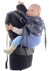 stufenlos mitwachsende Babytrage, ergonomisch geformter Hüftgurt, gut gepolsterte Träger.