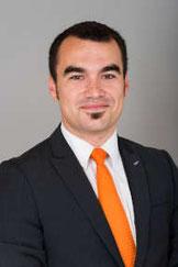 homme en costume avec une cravate orange